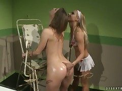 Blonde distend Nikky Thorne gives Melissa Sweets