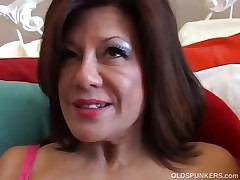 Jaw-dropping mature lady plays with her wet twat